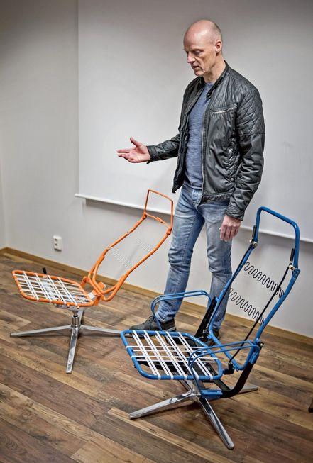 Nytt stolkonsept:  Lars Skog viser rammen til et helt nytt patentert stolkonsept som snart presenteres av en lokal møbelbedrift. Dette har de jobbet med i 2,5 år. Innovasjoner som allerede er laget, er ikke med i det nye prosjektet.  Foto:  Nils Harald Ånstad, SMP.no.
