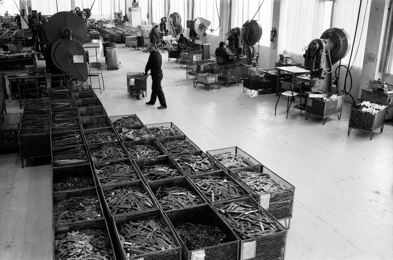 Fra dukkevogner til verdensledende innen hengsler.  Nåværende AS Spilka Industri ble etablert i 1933 av Knut Stafset som Spjelkavik Barnevognfabrik AS, og produktene den gang var barnevogner og dukkevogner.