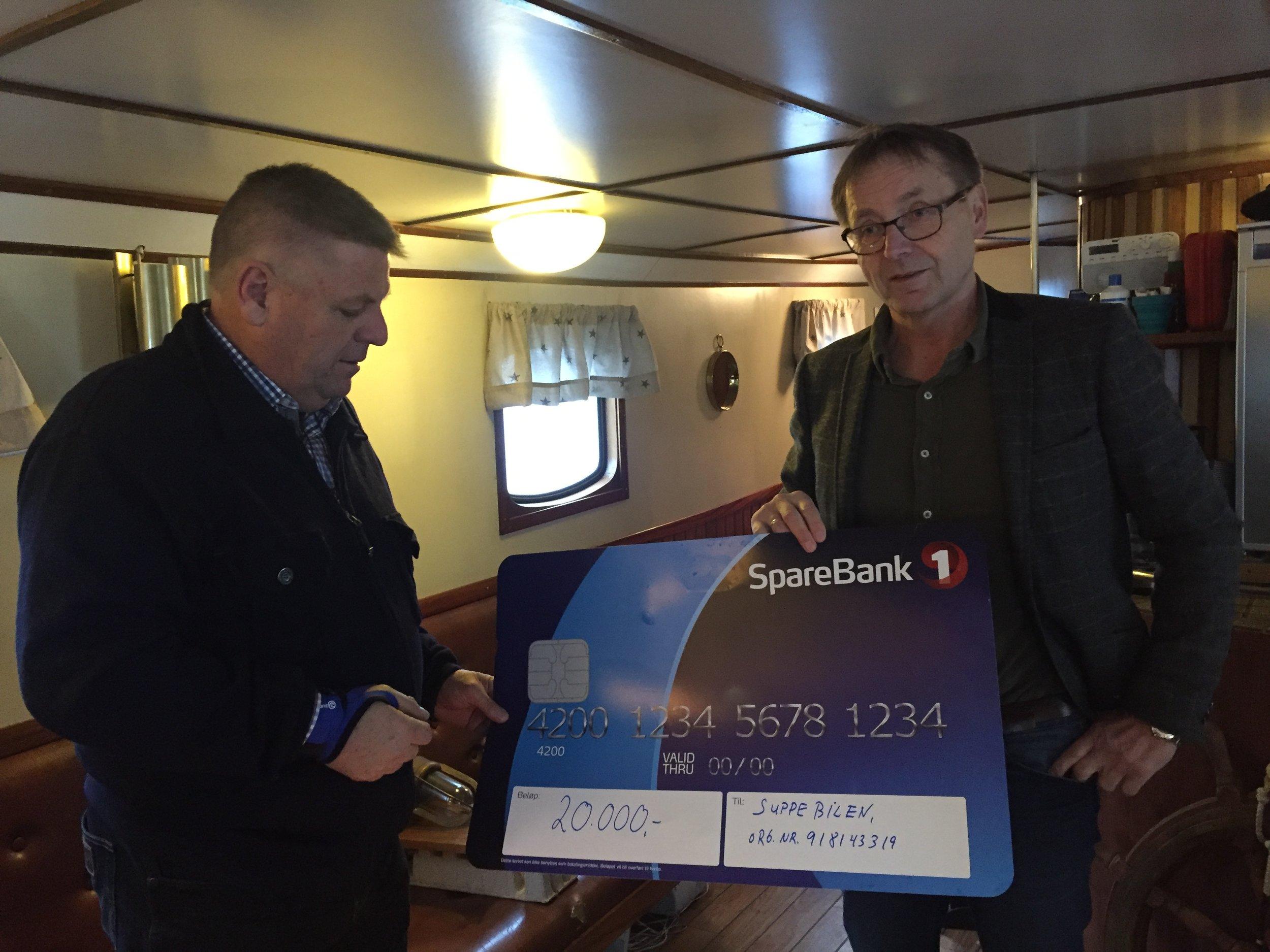 Karl Johan Skårbrevik mottar sjekken fra Bjørn Gjerde i MRB ombord på Parat III (Foto: MRB/Doxacom)