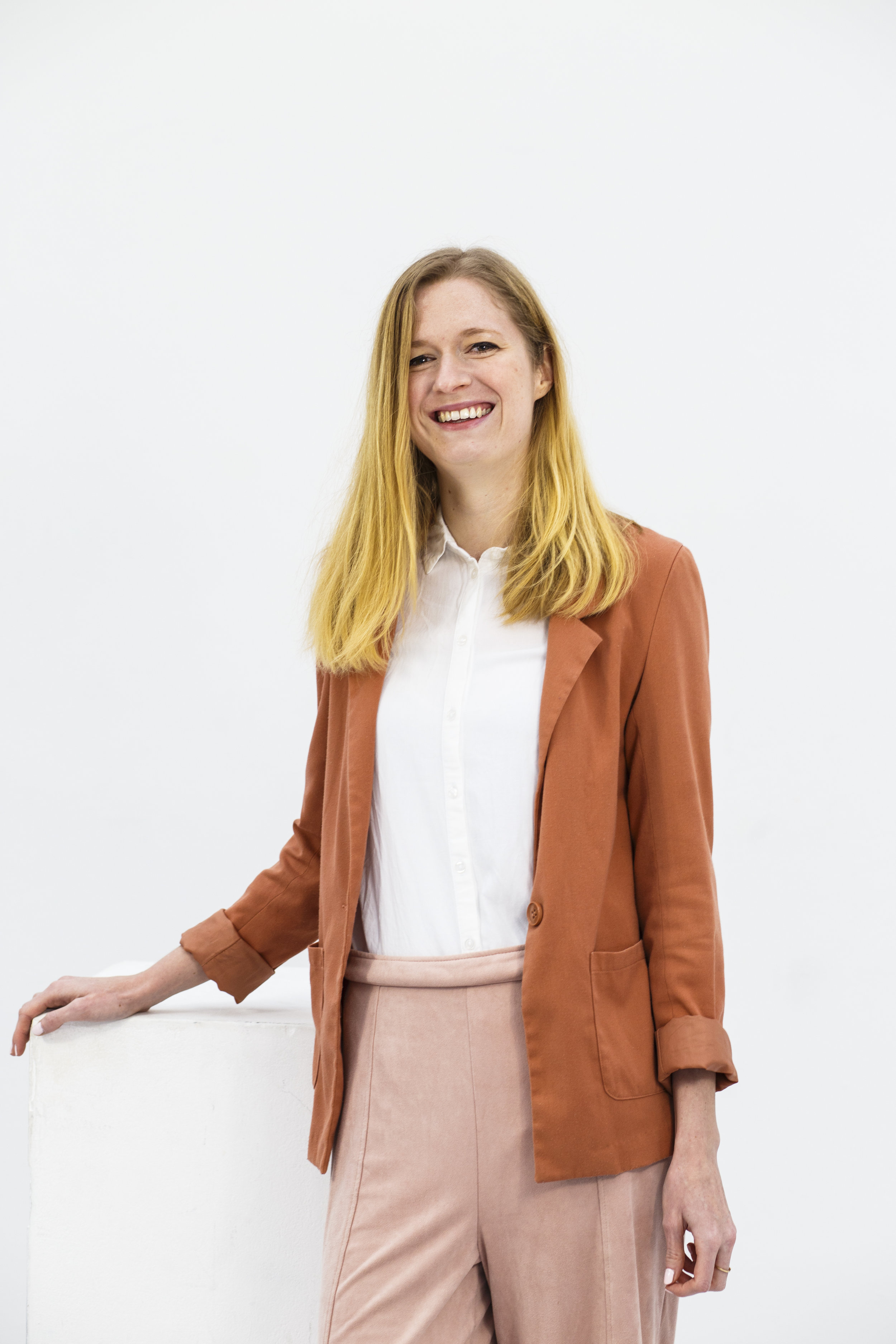 Linda Roos - Linda is a copywriter with a mind full of sharp insights and an unsatisfiable curiousity. She writes on her blog www.lindaroosenmedia.nl, as well as for DeOndernemer.nl, a website specifically for Dutch entrepreneurs.Photo: Carly Wollaert