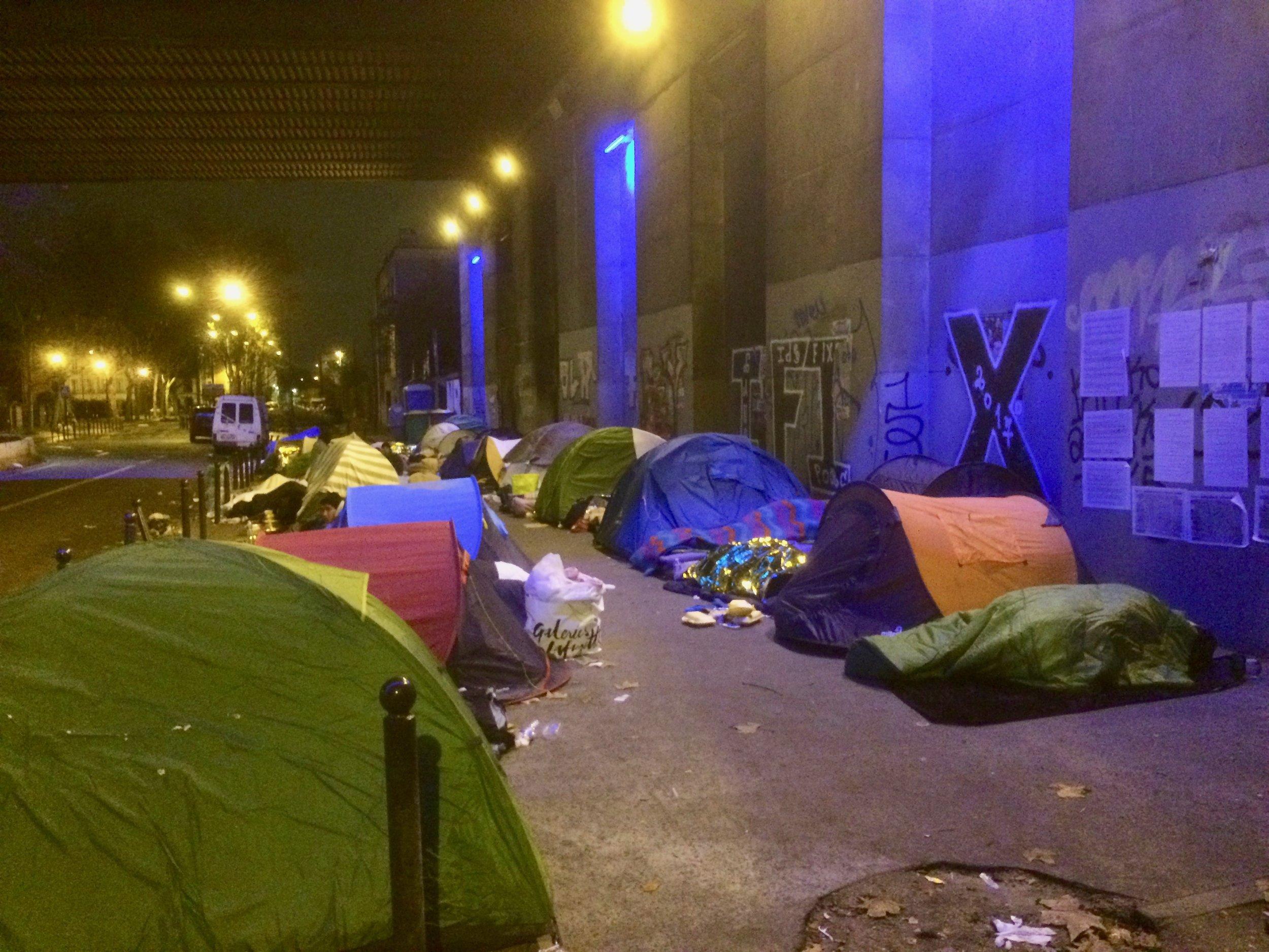 Tents_paris_bridge_december_2017.jpg