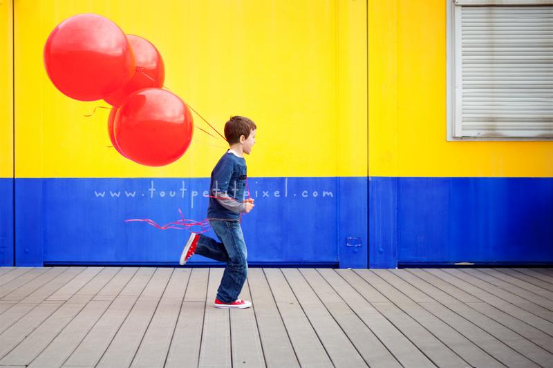 Enfant-qui-court-avec-ballons.jpg