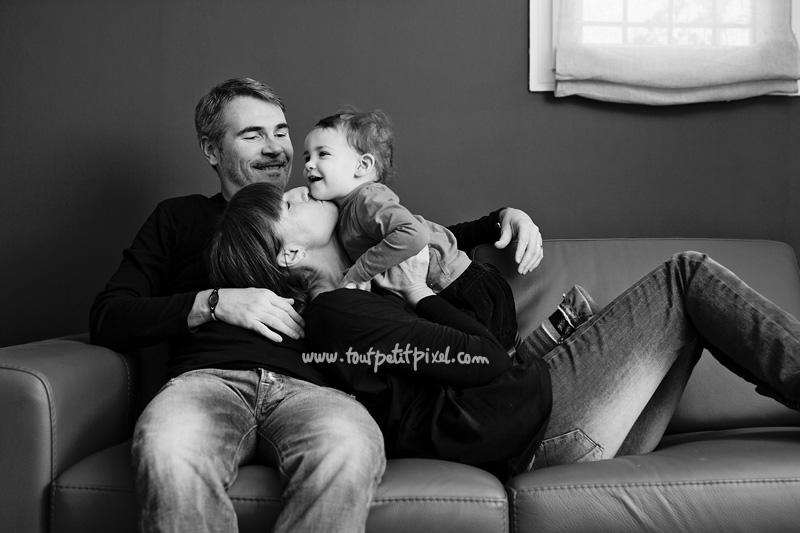 bebe-parents-calin-sur-le-canape.jpg