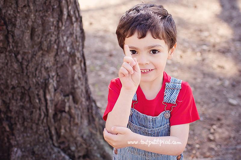 enfant-qui-leve-le-doigt.jpg
