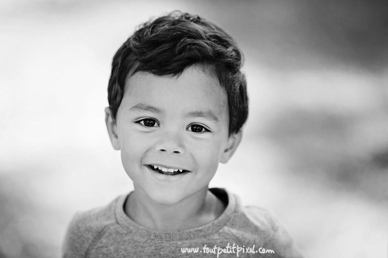 enfant-qui-sourit-noir-et-blanc.jpg
