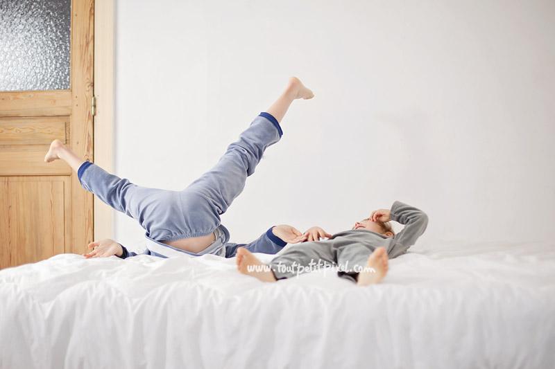 enfants-qui-jouent-sur-un-lit1.jpg