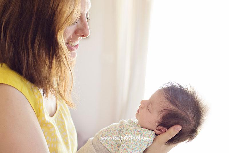 maman-tient-dans-ses-mains-un-nouveau-ne.jpg