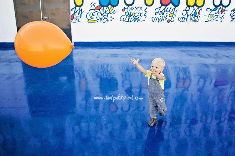 petit-garcon-qui-court-apres-un-ballon.jpg
