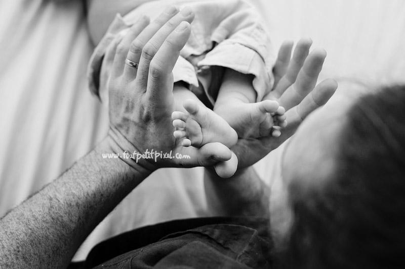 pieds-bebe-mains-papa.jpg