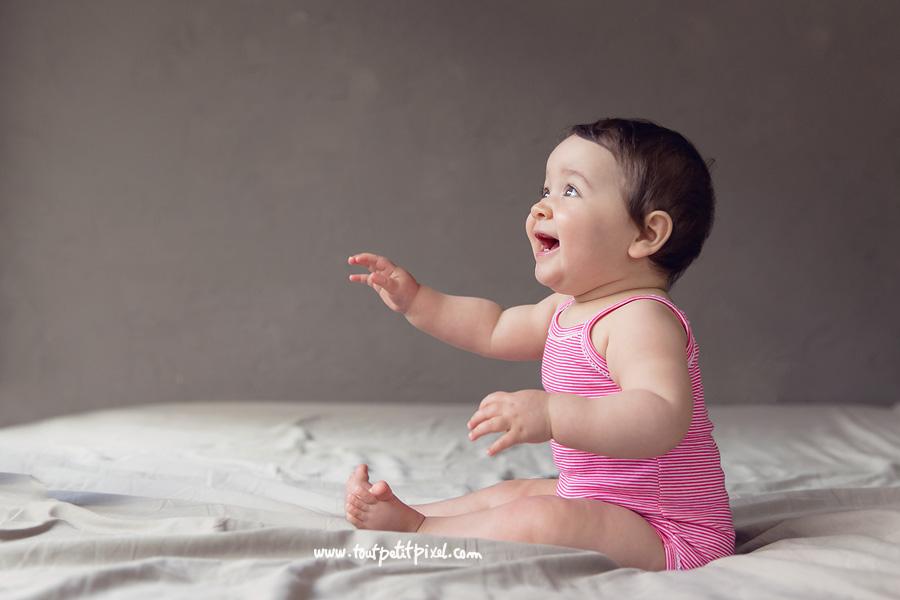 bebe-assis-qui-sourit.jpg