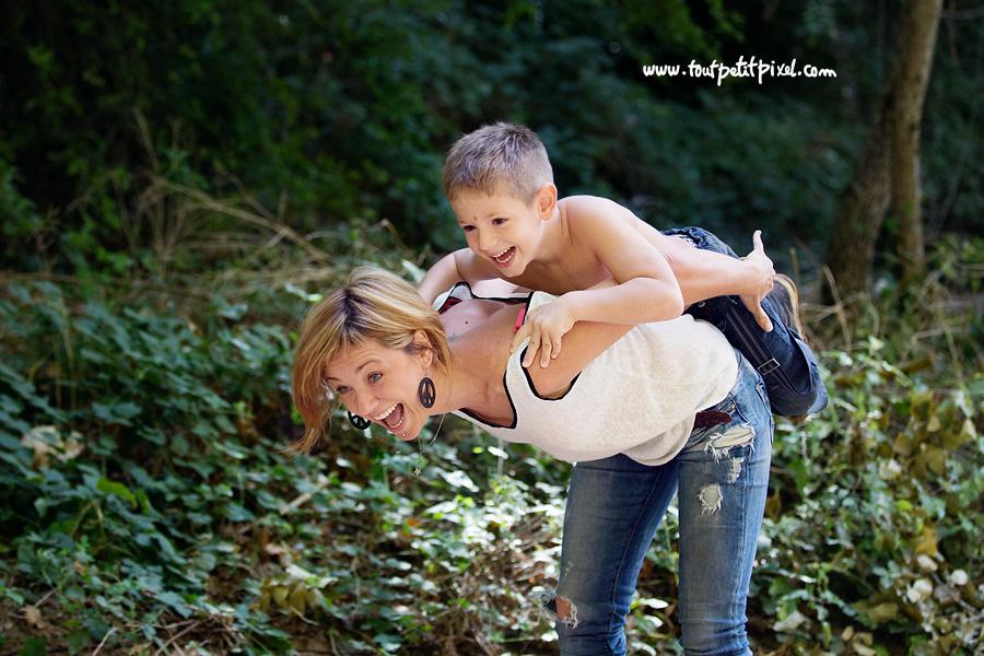 maman et enfant qui rient et jouent