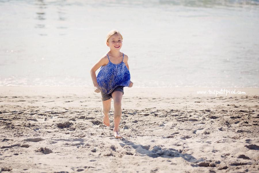 petite fille qui court sur le sable