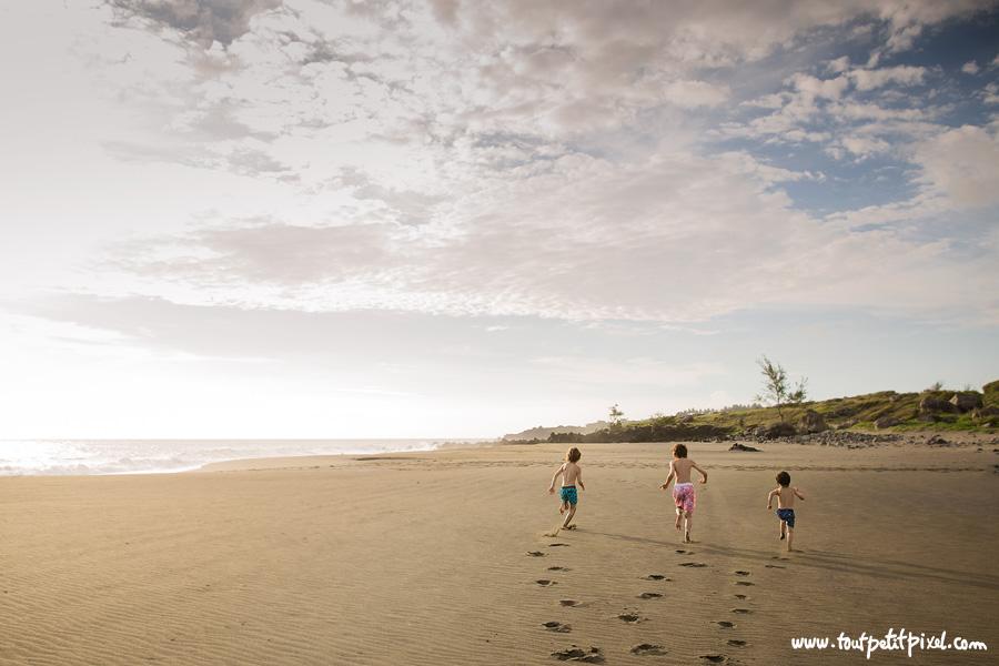 Enfants-qui-courent-sur-le-sable.jpg