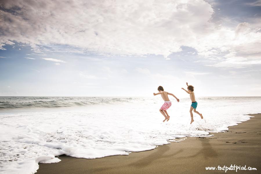 Enfants-qui-sautent-dans-les-vagues.jpg