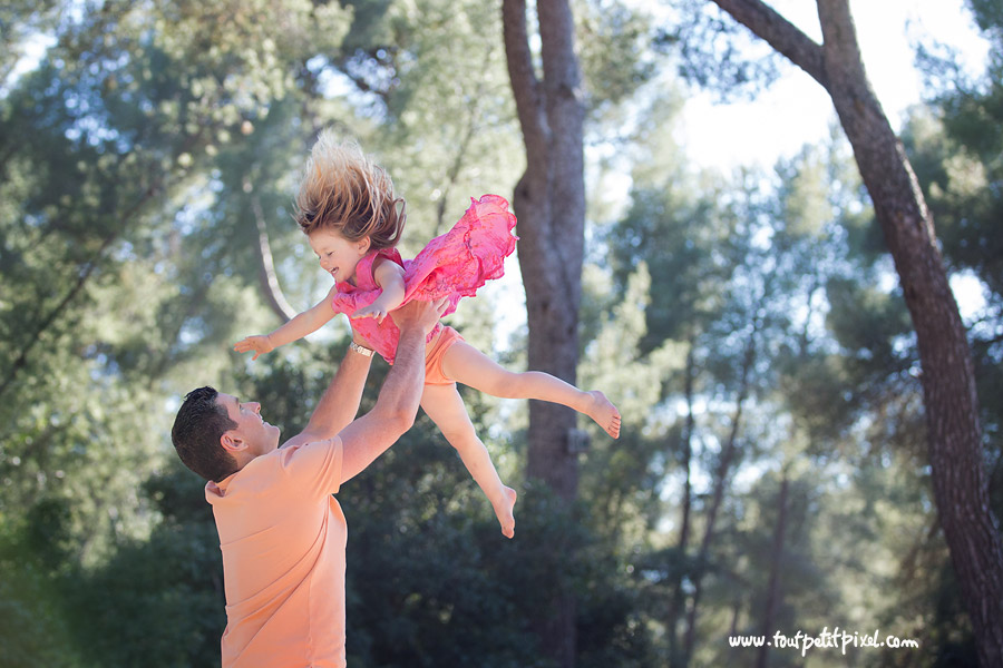 papa qui lance sa fille dans les airs