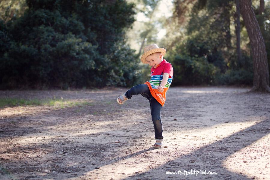 petite garçon qui danse