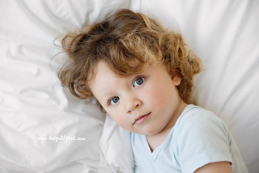 portrait d'enfant aux yeux bleus