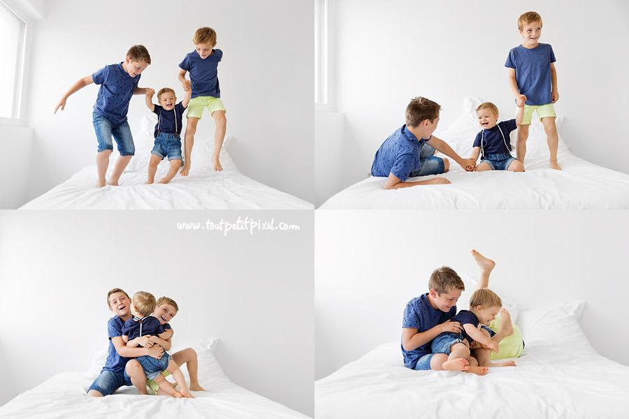 frères qui jouent sur le lit