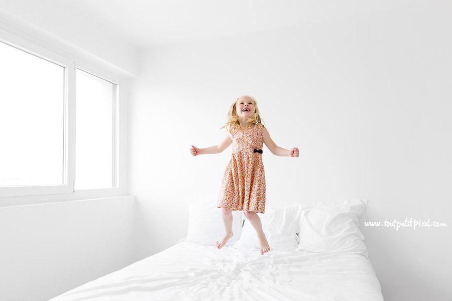 petite-fille-qui-saute-sur-un-lit.jpg