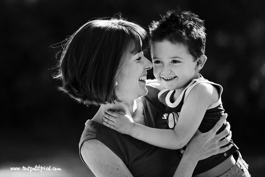 portrait noir et blanc maman enfant tenddresse