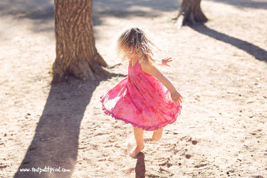 Petite fille qui fait tourner sa robe
