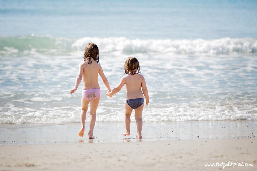 petites-filles-qui-se-tiennt-la-main-a-la-plage.jpg