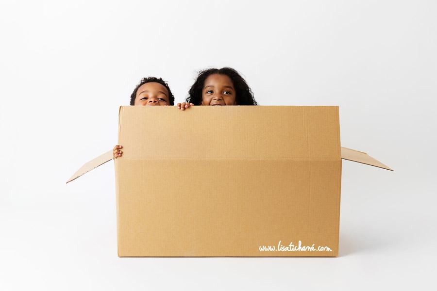 enfants-caches-dans-un-carton.jpg