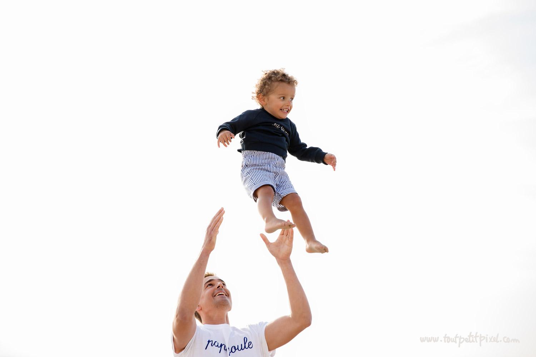 papa-qui-jette-son-enfant-dans-les-airs.jpg