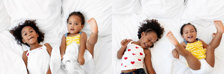 Deux soeurs qui s'amusent sur un lit par Tout Petit Pixel, photographe enfants à Marseille