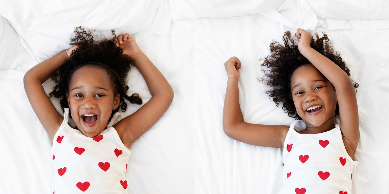 Portrait d'une petite fille qui sourit par Tout Petit Pixel, photographe enfant à Marseille