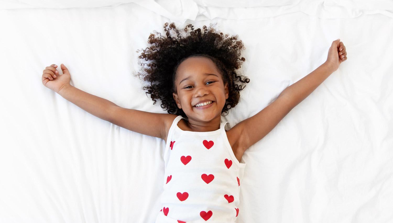 Photographe enfant à Marseille portrait lifestyle de petite fille qui sourit
