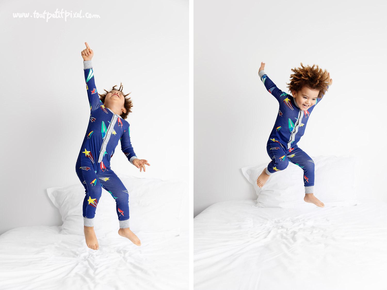 Enfant qui saute sur le lit en pyjama par Tout Petit Pixel, photographe enfant lifestyle