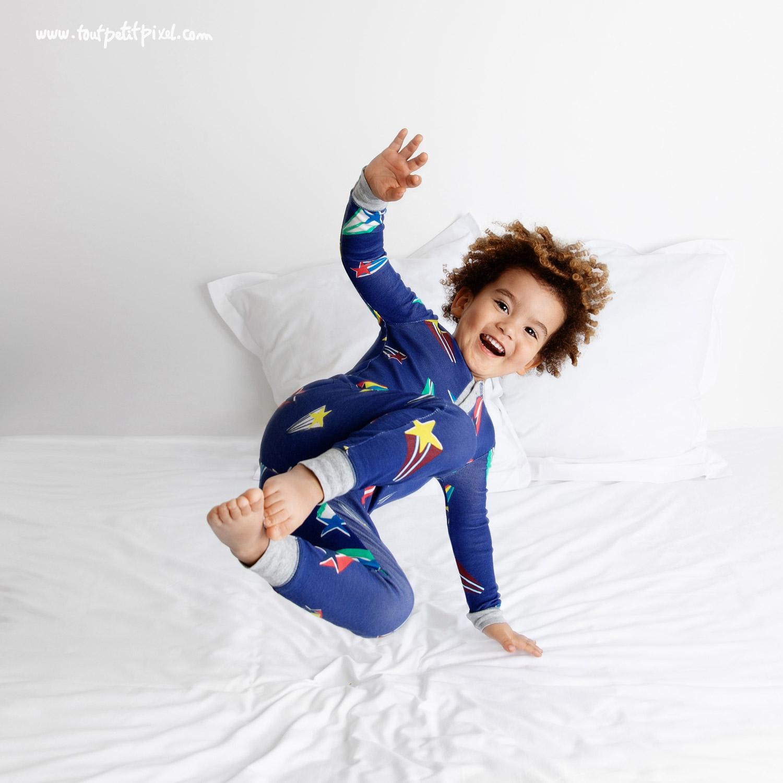 Enfant qui rit en sautant sur le lit par Tout Petit Pixel, photographe enfant lifestyle