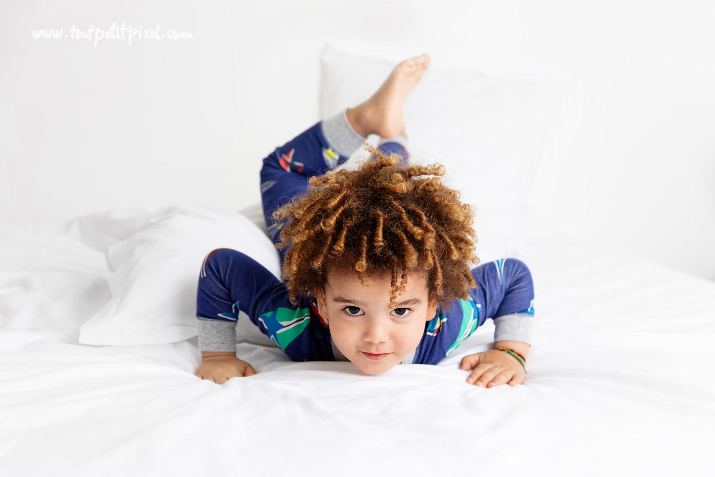Enfant qui prend des poses amusantes par Tout Petit Pixel, photographe enfant Marseille