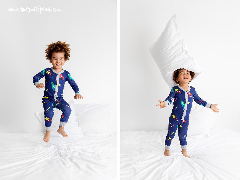 Enfant joyeux qui joue et saute sur le lit par Tout Petit Pixel, photographe enfant lifestyle