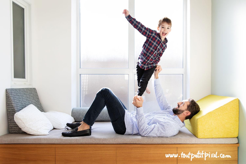 Père et fils qui font des acrobaties à domicile par Tout Petit Pixel photographe enfant et famille à Marseille