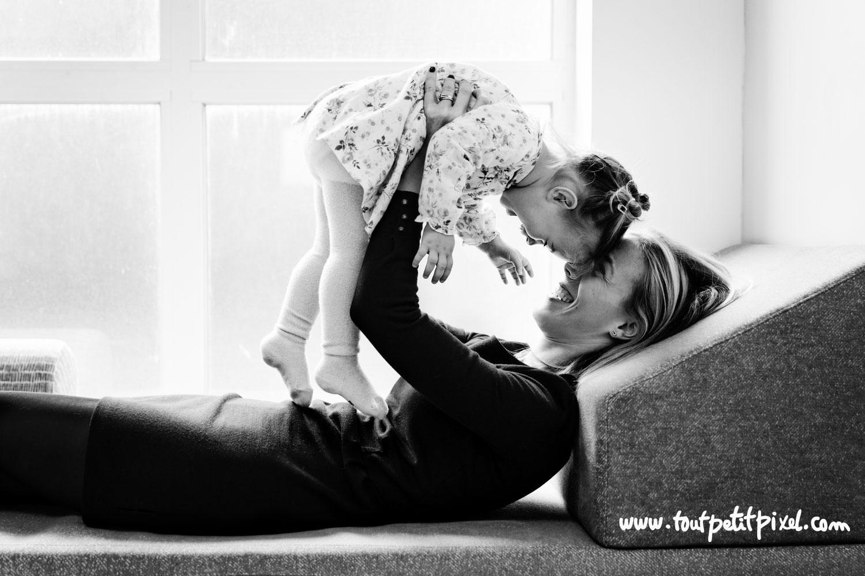 mère et fille qui sourient front contre front par Tout Petit Pixel photographe enfant et famille à Marseille
