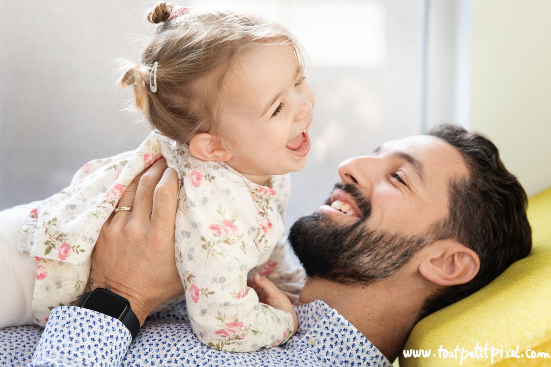 Père et petite fille qui rient ensemble par Tout Petit Pixel photographe enfant lifestyle à Marseille