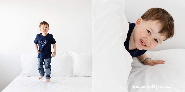Petit garçon qui joue sur le lit par Tout Petit Pixel, photographe enfant lifestyle à Marseille