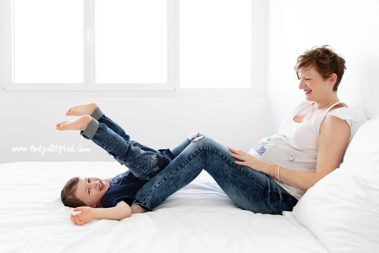 photo de grossesse naturelle et joyeuse par Tout Petit Pixel, photographe famille lifestyle à Marseille