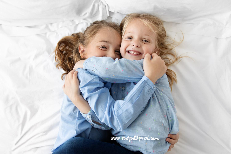 petites filles qui se serrent dans les bras en souriant par Tout Petit Pixel, photographe enfants à Marseille