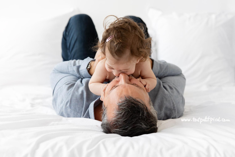 papa et son bébé qui font un calin et un bisou par Tout Petit Pixel, photographe bébé et famille à Marseille