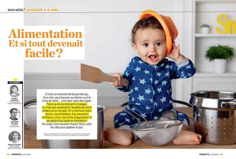Bébé qui joue avec des ustensiles de cuisine, publication du magazine Parents par Tout Petit Pixel, photographe éditorial bébé