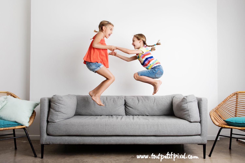 Petites filles qui sautent sur un canapé par Tout Petit Pixel, photographe enfants Marseille