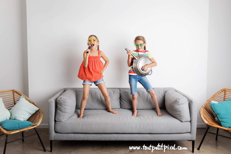 Petites filles qui font semblant d'être un groupe de rock par Tout Petit Pixel, photographe enfants lifestyle