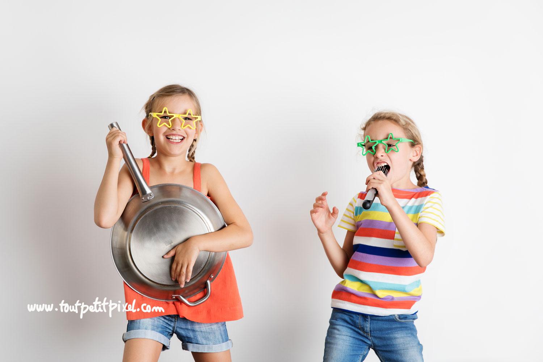Petites filles déquisées qui chantent et dansent par Tout Petit Pixel, photographe enfants Marseille