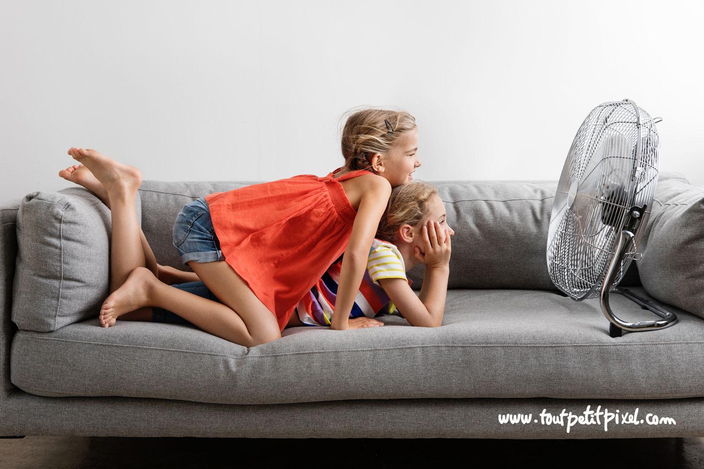 Petites filles qui se rafraichissent devant un ventilateur par Tout Petit Pixel, photographe enfants Marseille