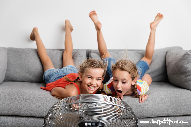 Petites filles qui font les folles devant un ventilateur par Tout Petit Pixel, photographe lifestyle Marseille