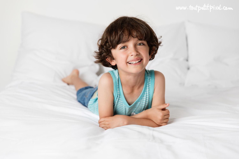 Jeune garçon qui sourit par Tout Petit Pixel, photographe enfant lifestyle à Marseille