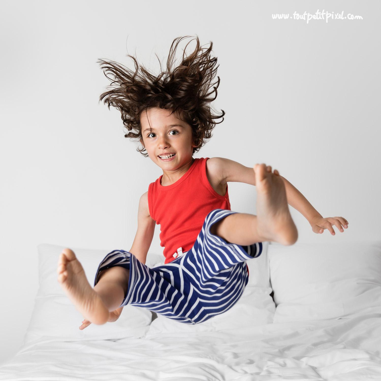 Jeune garçon qui saute sur un lit par Tout Petit Pixel, photographe enfant lifestyle à Marseille